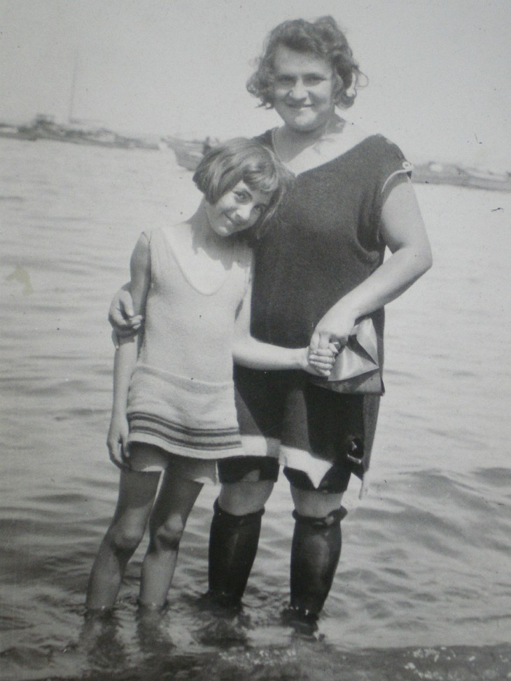 Flapper Beach fashion - mum and daughter