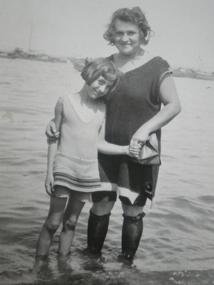 Flapper Beach fashion - mum and daughter